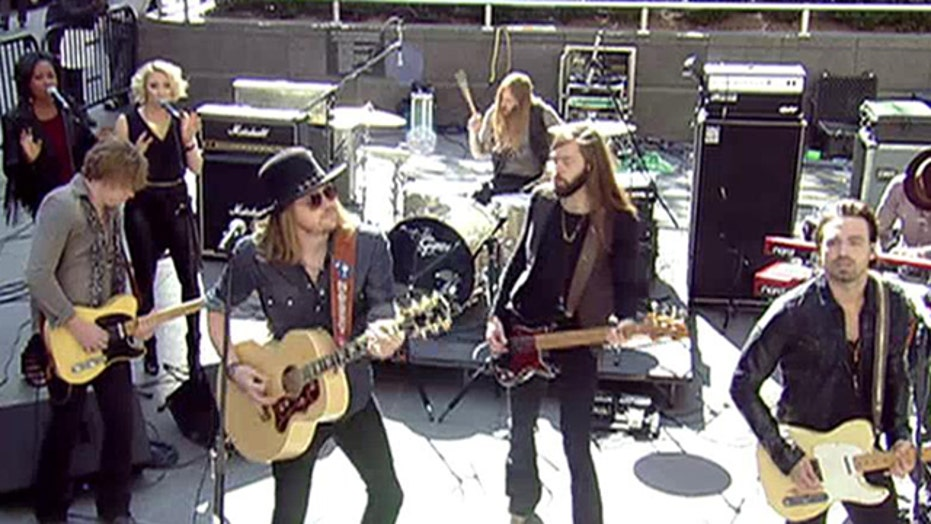 A Thousand Horses perform 'Smoke'