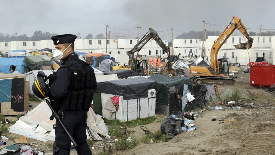 French crews dismantle refugee camp 'The Jungle'