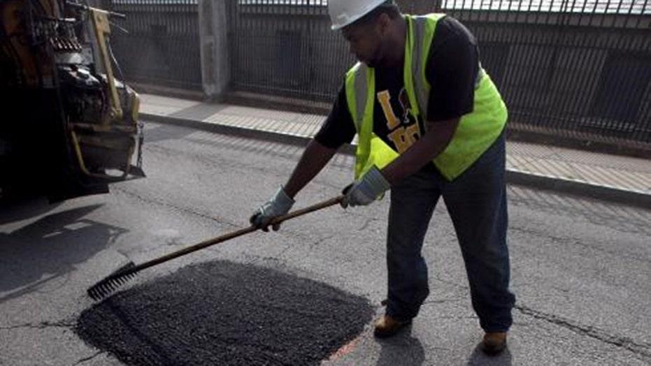 Obama pushes for $300 billion in spending on roads, railways
