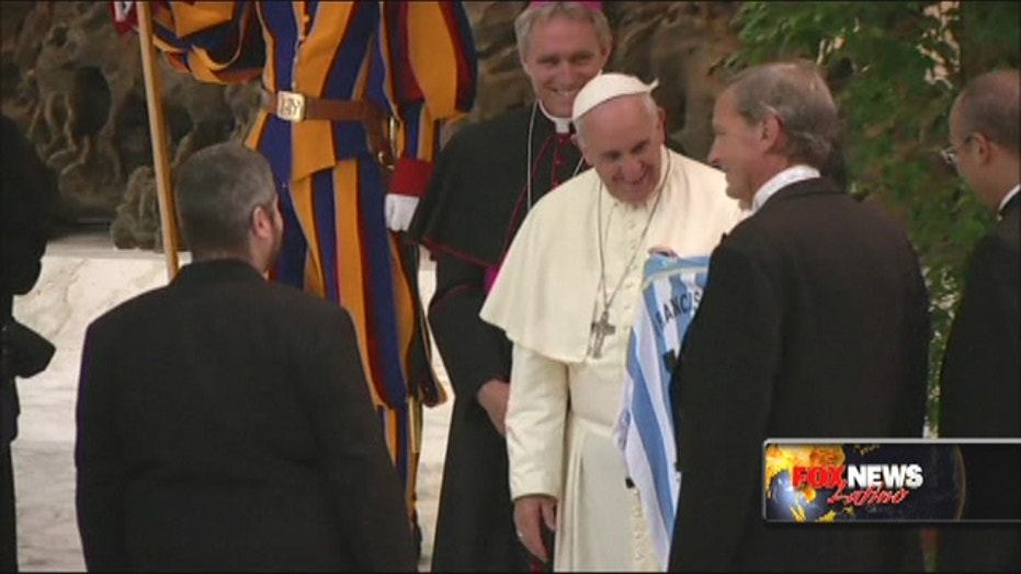 Pope meets soccer stars participating in Match for Peace