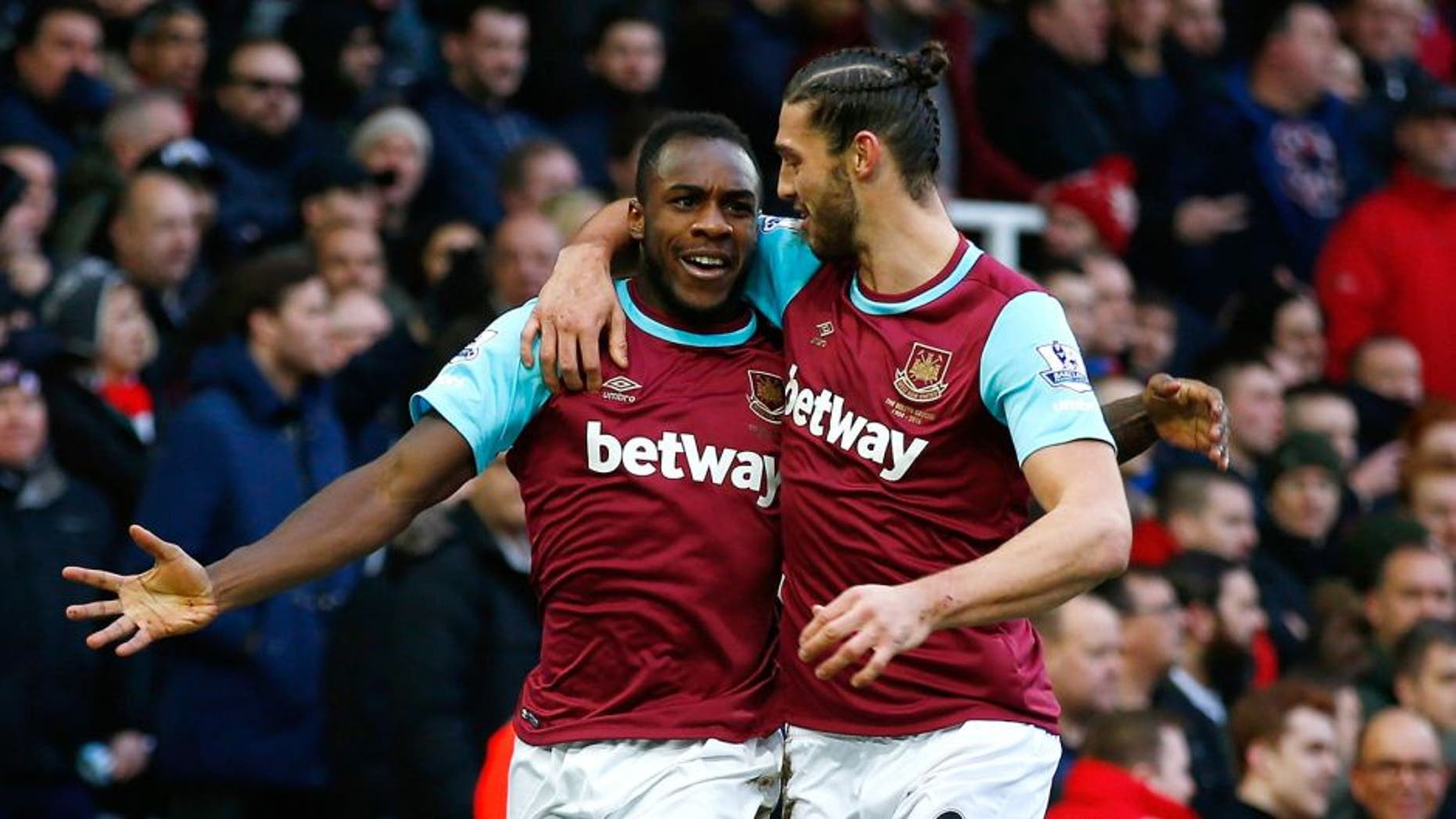 LONDON, ENGLAND - JANUARY 02: Michail Antonio (L) of West Ham United celebrates scoring his team's first goal with his team mate Andy Carroll (R) during the Barclays Premier League match between West Ham United and Liverpool at Boleyn Ground on January 2, 2016 in London, England. (Photo by Clive Rose/Getty Images)