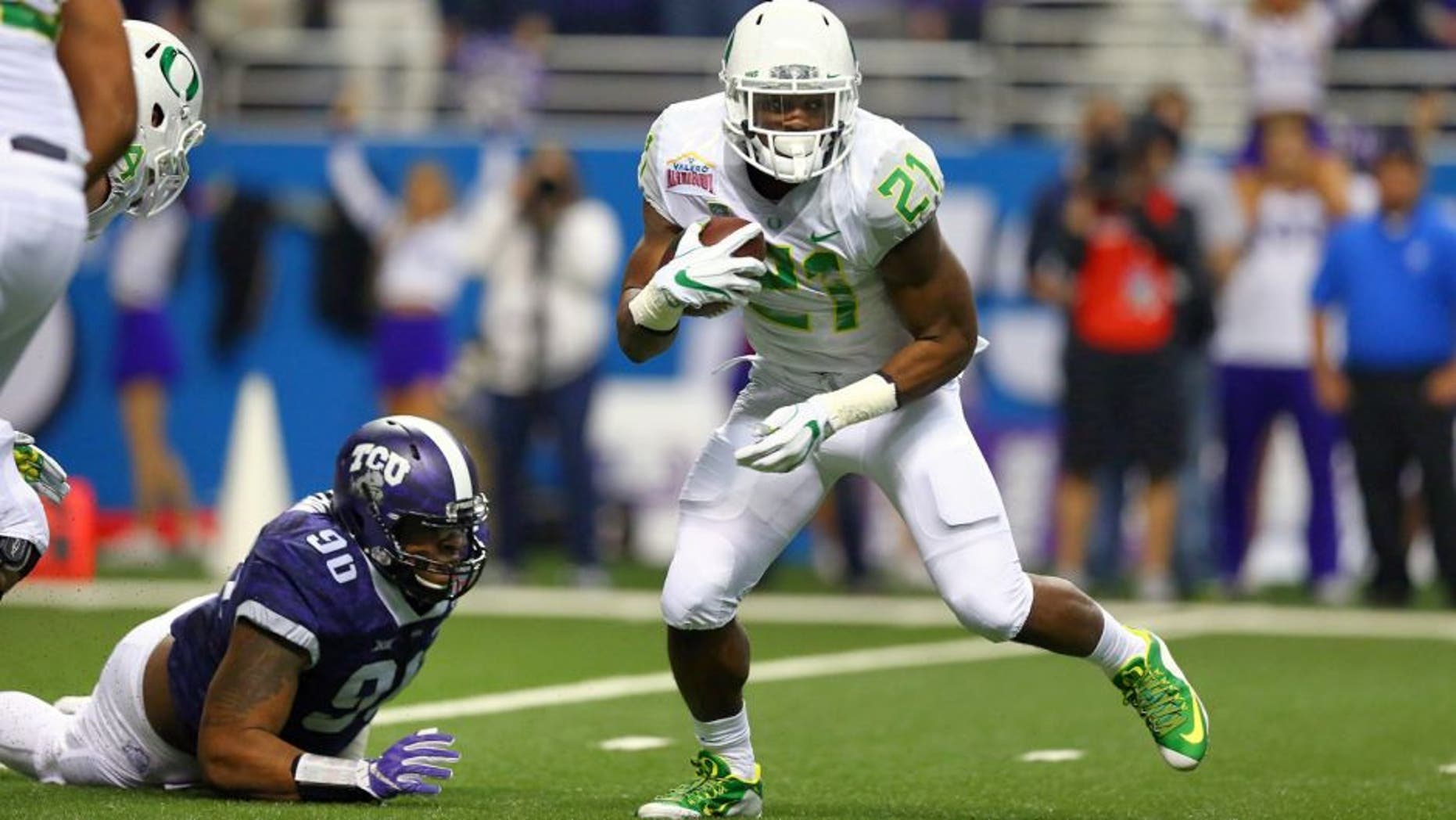 SAN ANTONIO, TX - JANUARY 02: Royce Freeman #21 of the Oregon Ducks runs the ball against the TCU Horned Frogs during the Valero Alamo Bowl at Alamodome on January 2, 2016 in San Antonio, Texas. (Photo by Ronald Martinez/Getty Images)