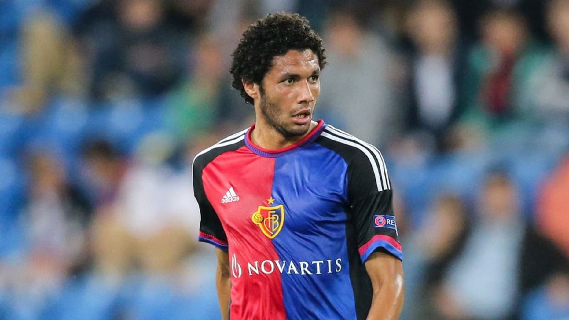 BASEL, SWITZERLAND - AUGUST 19: Mohamed Elneny of Basel controls the ball during the UEFA Champions League qualifying round play off first leg match between FC Basel and Maccabi Tel Aviv at St. Jakob-Park on August 19, 2015 in Basel, Switzerland. (Photo by Simon Hofmann/Getty Images)