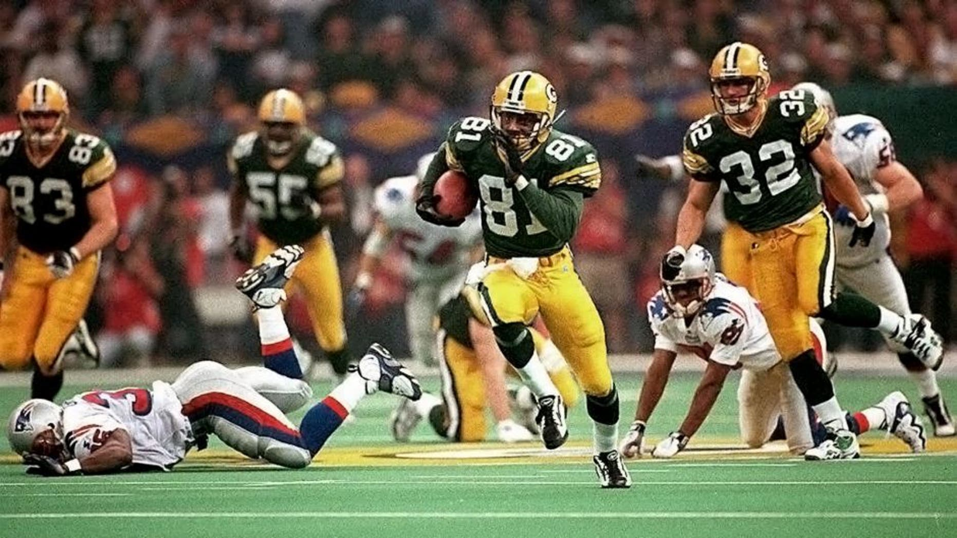 NEW ORLEANS, LA - JANUARY 26: Green Bay Packers kick returner Desmond Howard (81) leaves New England Patriots defenders behind as he runs a kickoff back 99 yards for a touchdown 26 January during third quarter action in Super Bowl XXXI at the Louisiana Superdome in New Orleans. Howard's 99-yard return is a Super Bowl record. (Photo credit should read RHONA WISE/AFP/Getty Images)