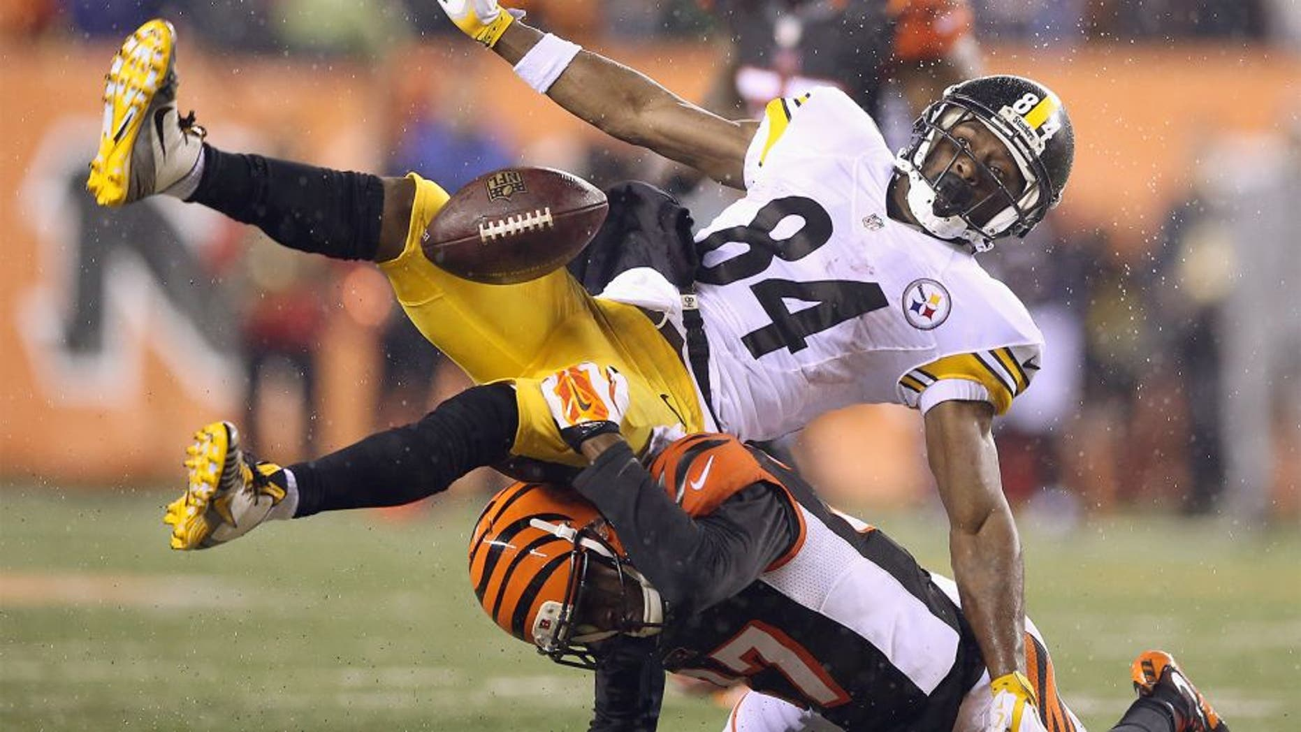 CINCINNATI, OH - JANUARY 09: Antonio Brown #84 of the Pittsburgh Steelers is unable to catch a pass as he is defended by Chris Lewis-Harris #37 of the Cincinnati Bengals in the fourth quarter during the AFC Wild Card Playoff game at Paul Brown Stadium on January 9, 2016 in Cincinnati, Ohio. (Photo by Andy Lyons/Getty Images)
