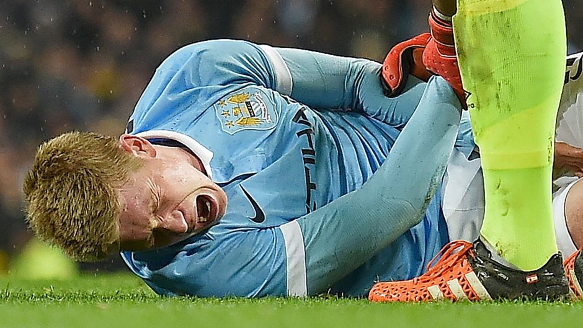 Manchester City's Belgian midfielder Kevin De Bruyne (L) reacts as he talks with Everton's Spanish goalkeeper Joel Robles before being stretchered off during the English League Cup semi-final second leg football match between Manchester City and Everton the Etihad Stadium in Manchester, north west England, on January 27, 2016. / AFP / Paul Ellis / RESTRICTED TO EDITORIAL USE. No use with unauthorized audio, video, data, fixture lists, club/league logos or 'live' services. Online in-match use limited to 75 images, no video emulation. No use in betting, games or single club/league/player publications. / (Photo credit should read PAUL ELLIS/AFP/Getty Images)