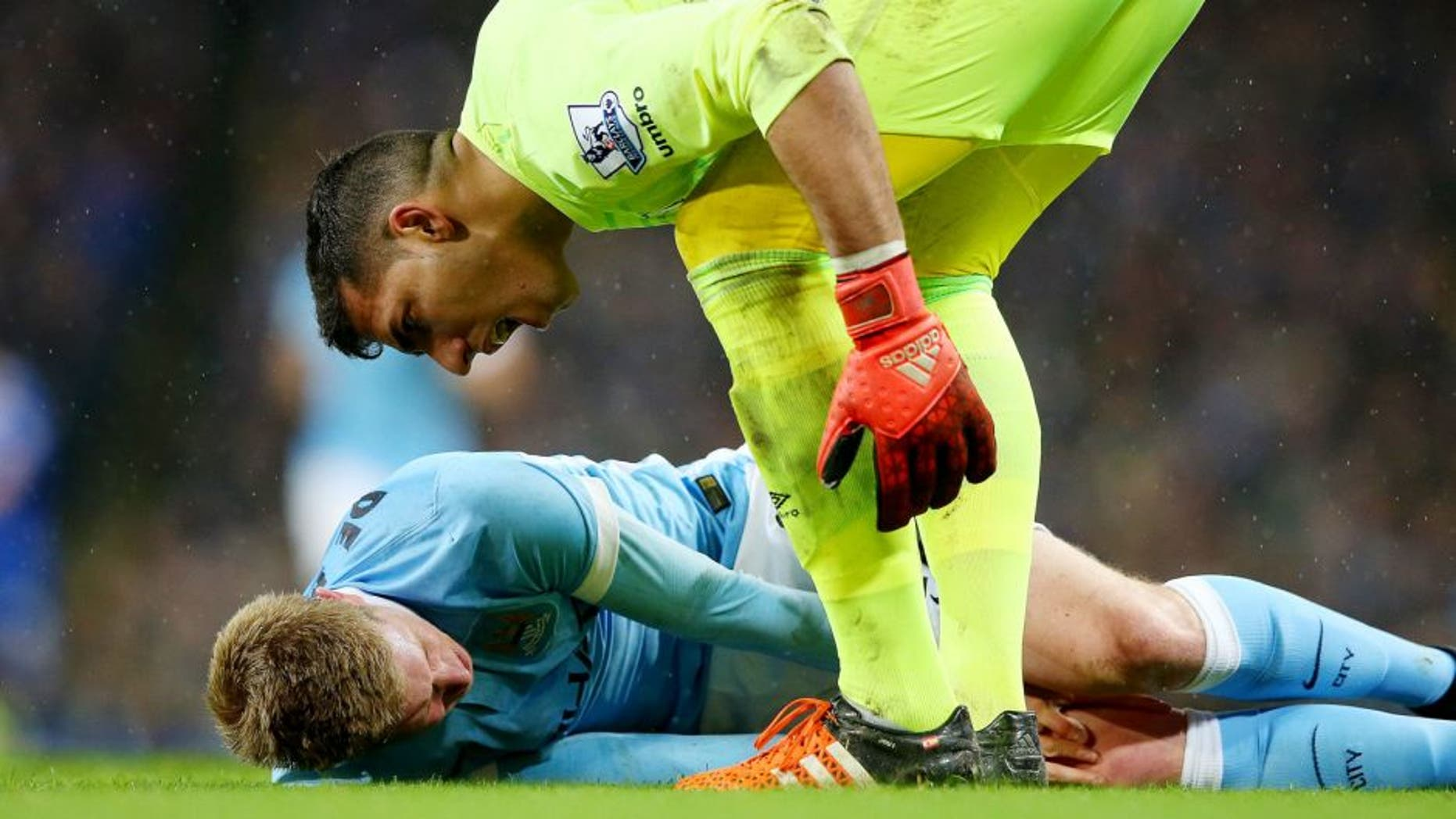 MANCHESTER, ENGLAND - JANUARY 27: Goalkeeper Joel Robles of Everton attempts to assist the injured Kevin De Bruyne of Manchester City during the Capital One Cup Semi Final, second leg match between Manchester City and Everton at the Etihad Stadium on January 27, 2016 in Manchester, England. (Photo by Alex Livesey/Getty Images)