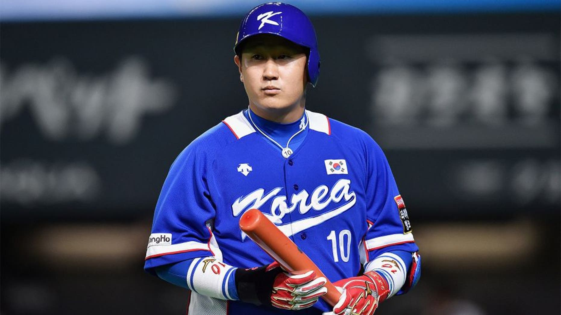 SAPPORO, JAPAN - NOVEMBER 08: Infielder Lee Dae Ho #10 of South Korea returns to the dogout after the strike outin the top of the second inning during the WBSC Premier 12 match between Japan and South Korea at the Sapporo Dome on November 8, 2015 in Sapporo, Hokkaido, Japan. (Photo by Atsushi Tomura/Getty Images)