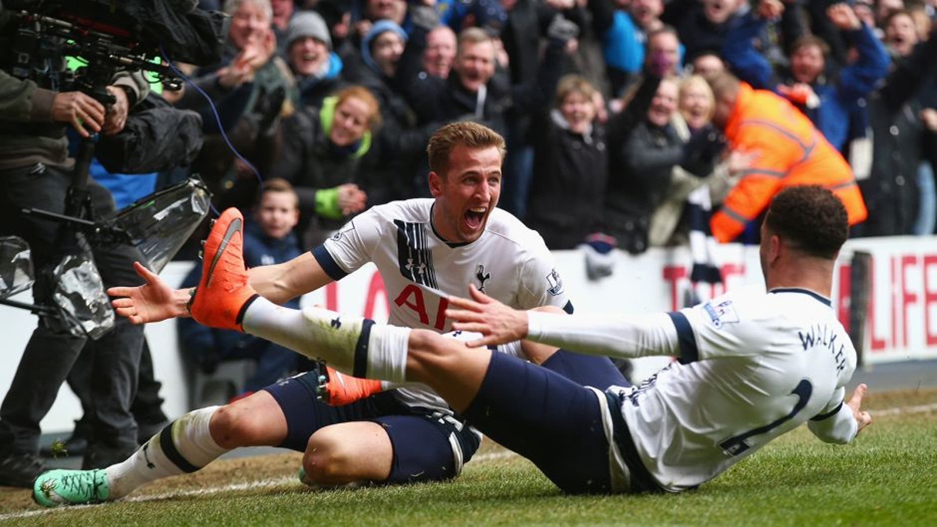 LONDON, ENGLAND - MARCH 05: Harry Kane (L) of Tottenham Hotspur celebrates scoring his team's second goal with his team mate Kyle Walker (R) during the Barclays Premier League match between Tottenham Hotspur and Arsenal at White Hart Lane on March 5, 2016 in London, England. (Photo by Clive Rose/Getty Images)