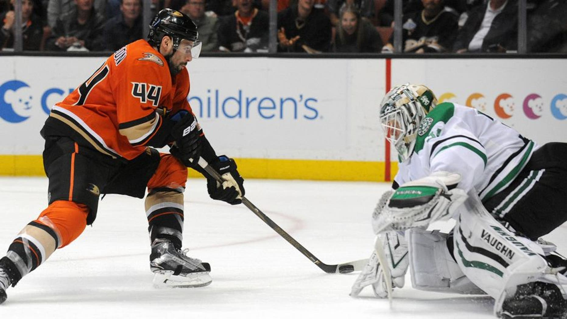 April 3, 2016; Anaheim, CA, USA; Anaheim Ducks center Nate Thompson (44) moves in to score a short handed goal against Dallas Stars goalie Antti Niemi (31) during the second period at Honda Center. Mandatory Credit: Gary A. Vasquez-USA TODAY Sports