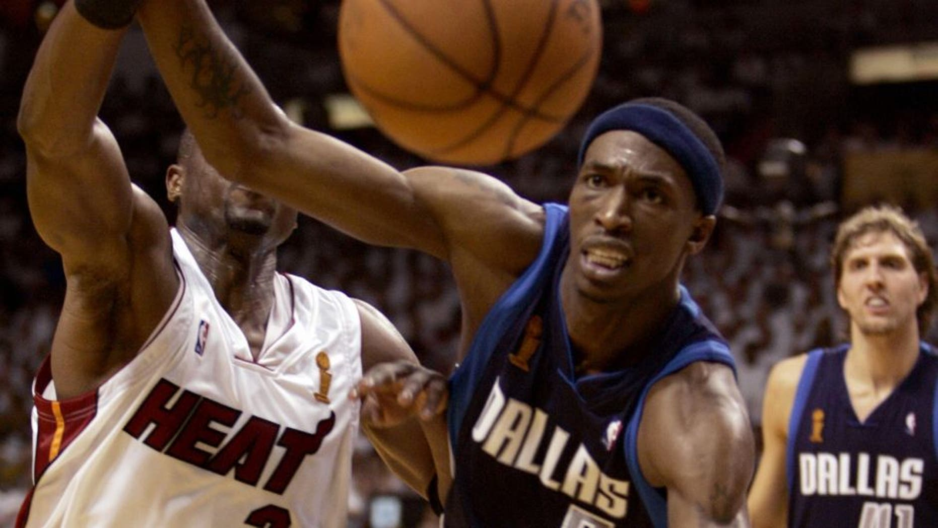 Miami, UNITED STATES: Josh Howard (R) of the Dallas Mavericks vies with Dwyane Wade of the Miami Heat during Game 5 of the NBA finals in Miami 18 June 2006. The best-of-seven series is tied 2-2. AFP PHOTO/Robert SULLIVAN (Photo credit should read ROBERT SULLIVAN/AFP/Getty Images)