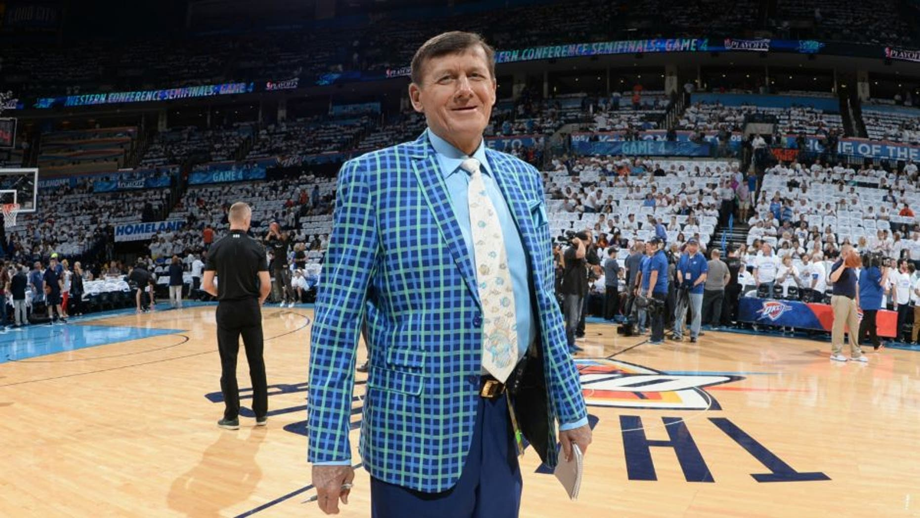 OKLAHOMA CITY, OK - MAY 8: TNT NBA sideline reporter Craig Sager looks on before Game Four of the Western Conference Semifinals between the San Antonio Spurs and Oklahoma City Thunder during the 2016 NBA Playoffs on May 8, 2016 at Chesapeake Energy Arena in Oklahoma City, Oklahoma. NOTE TO USER: User expressly acknowledges and agrees that, by downloading and or using this photograph, User is consenting to the terms and conditions of the Getty Images License Agreement. Mandatory Copyright Notice: Copyright 2016 NBAE (Photo by Garrett Ellwood/NBAE via Getty Images)