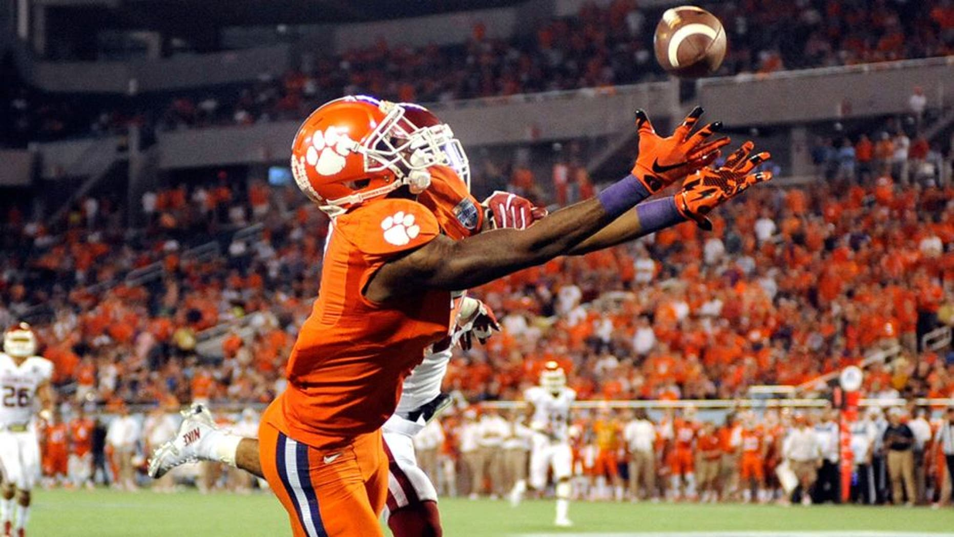 Dec 29, 2014; Orlando, FL, USA; Clemson Tigers wide receiver Mike Williams (7) is unable to catch a pass as the Clemson Tigers beat the Oklahoma Sooners in the 2014 Russell Athletic Bowl at Florida Citrus Bowl. Mandatory Credit: David Manning-USA TODAY Sports