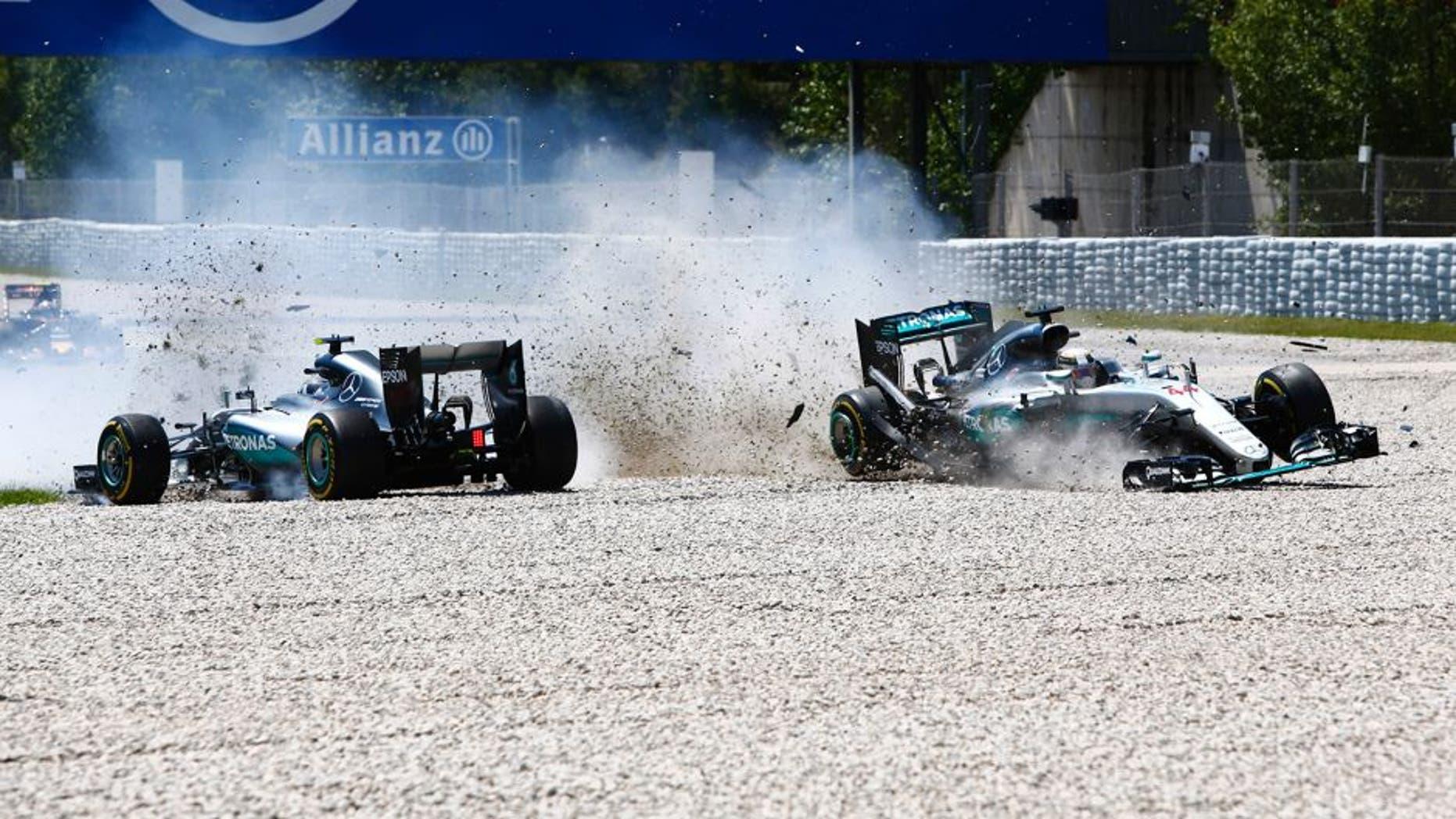 Circuit de Catalunya, Barcelona, Spain. Sunday 15 May 2016.Nico Rosberg, Mercedes F1 W07 Hybrid and Lewis Hamilton, Mercedes F1 W07 Hybrid make contact. World Copyright: Zak Mauger/LAT Photographic ref: Digital Image _L0U9895