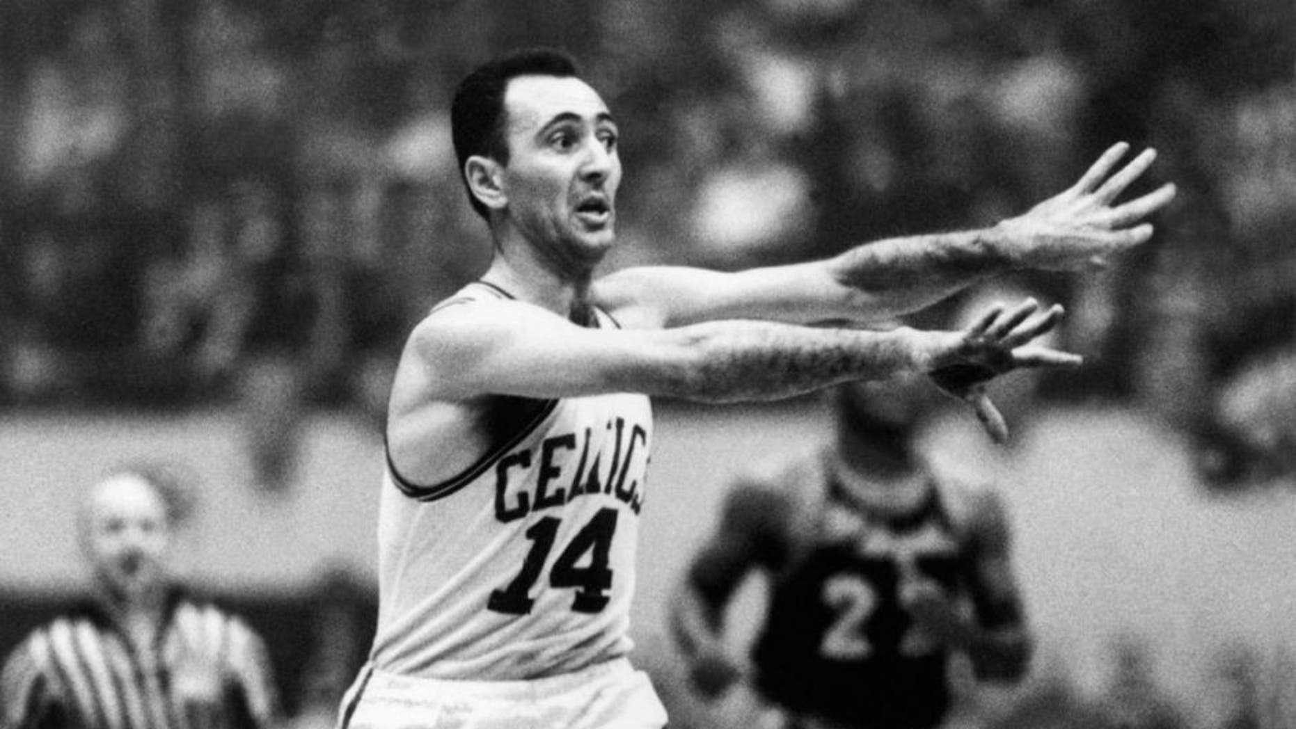 BOSTON,MA -1960: Bob Cousy #14 of the Boston Celtics throws a pass at the Boston Garden in Boston, Massachusetts on 1960. NOTE TO USER: User expressly acknowledges that, by downloading and or using this photograph, User is consenting to the terms and conditions of the Getty Images License agreement. Mandatory Copyright Notice: Copyright 2006 NBAE (Photo by: NBA Photo Library/NBAE via Getty Images)