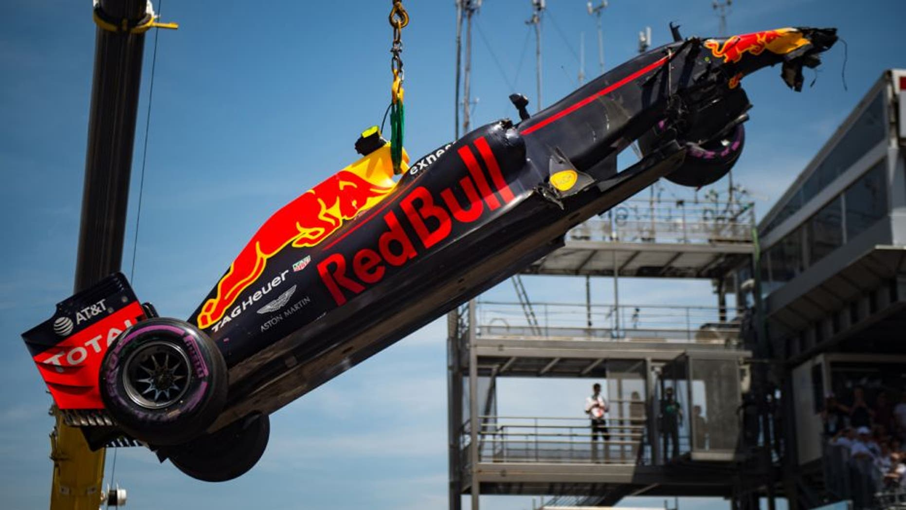 A crane lifts the car of Infiniti Red Bull Racing's Belgian-Dutch driver Max Verstappen after his crash during the qualifying session at the at the Monaco street circuit, on May 28, 2016 in Monaco, one day ahead of the Monaco Formula 1 Grand Prix. / AFP / POOL / ANDREJ ISAKOVIC (Photo credit should read ANDREJ ISAKOVIC/AFP/Getty Images)