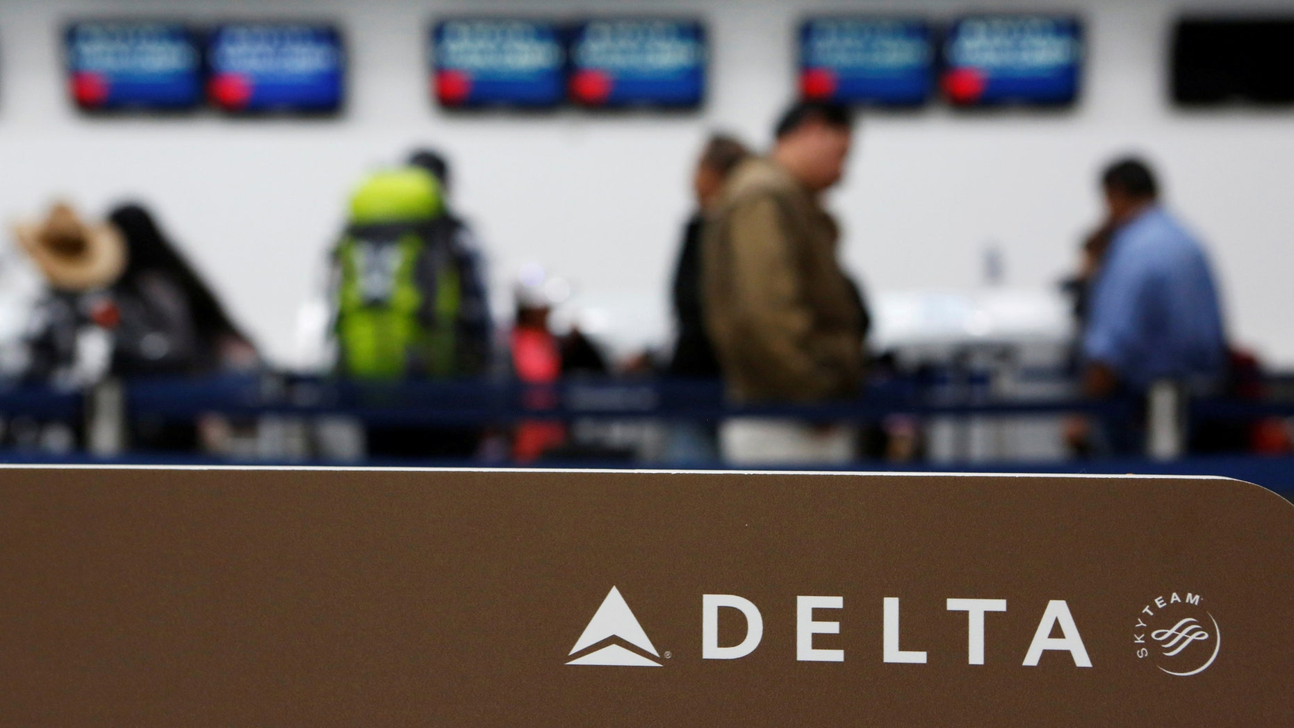 File photo: Passengers check in at a counter of Delta Air Lines in Mexico City, Mexico, August 8, 2016. (REUTERS/Ginnette Riquelme)