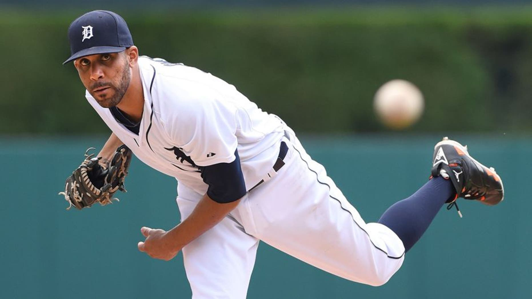 DETROIT, MI - JULY 23: David Price #14 of the Detroit Tigers throws a warm-up pitch during the game against the Seattle Mariners at Comerica Park on July 23, 2015 in Detroit, Michigan. The Mariners defeated the Tigers 3-2 in 12 innings. (Photo by Mark Cunningham/MLB Photos via Getty Images)