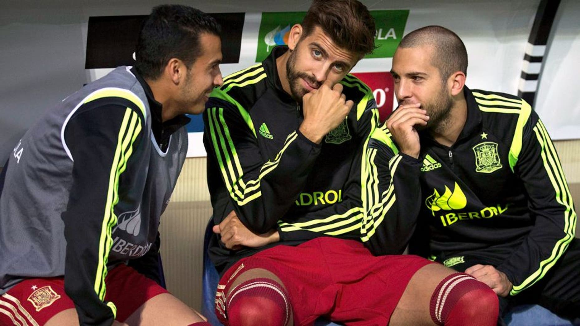 LEON, SPAIN - JUNE 11: Gerard Pique (2ndL) of Spain looks on sitted on the bench surrounded by teammates Jordi Alba (R) and Pedro Rodriguez Ledesma (L) during the international friendly match between Spain and Costa Rica at Reino de Leon Stadium on June 11, 2015 in Leon, Spain. (Photo by Gonzalo Arroyo Moreno/Getty Images)