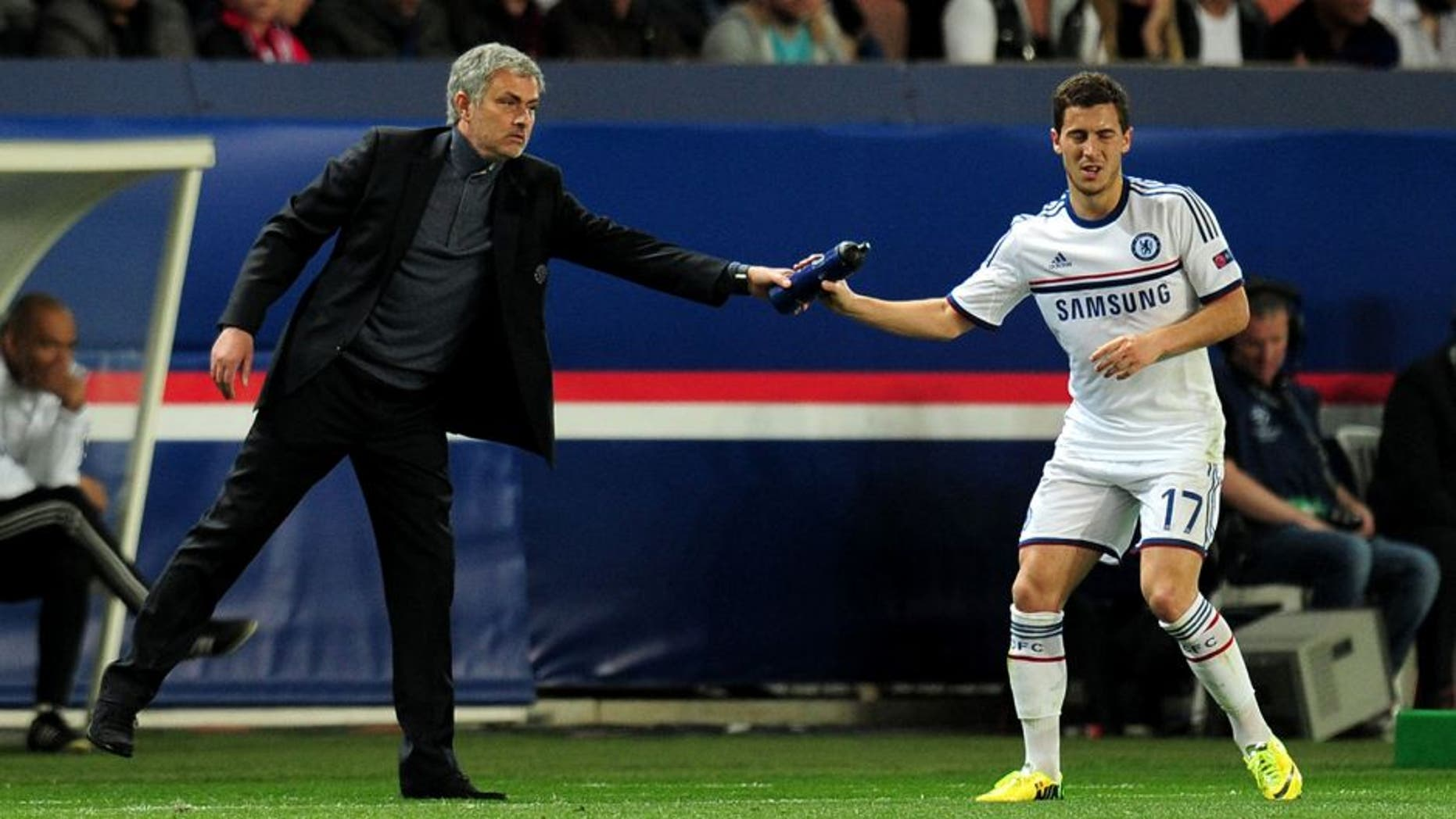 PARIS, FRANCE - APRIL 02: Jose Mourinho the Chelsea manager hands a water bottle to Eden Hazard of Chelsea during the UEFA Champions League quarter final, first leg match between Paris Saint Germain and Chelsea at Parc des Princes on April 2, 2014 in Paris, France. (Photo by Shaun Botterill/Getty Images)
