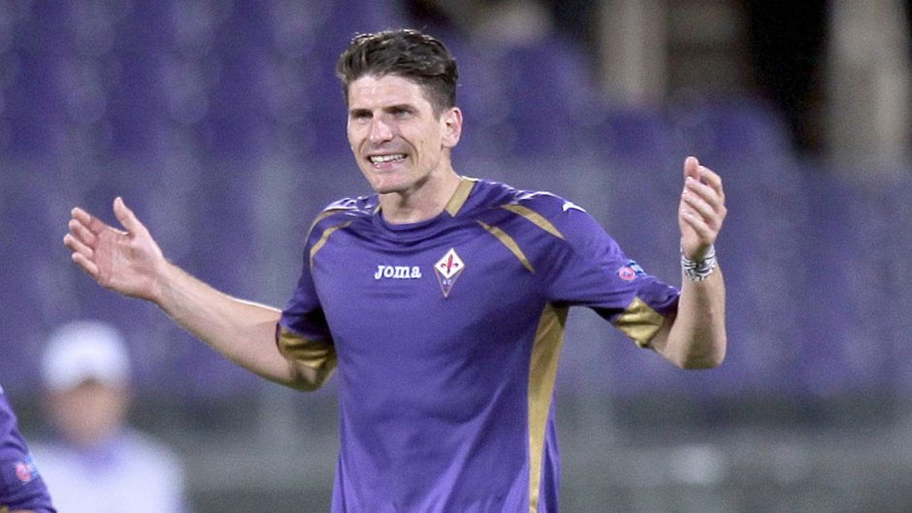 FLORENCE, ITALY - APRIL 23: Mario Gomez of ACF Fiorentina celebrates after scoring a goal during the UEFA Europa League Quarter Final match between ACF Fiorentina and FC Dynamo Kyiv on April 23, 2015 in Florence, Italy. (Photo by Gabriele Maltinti/Getty Images)