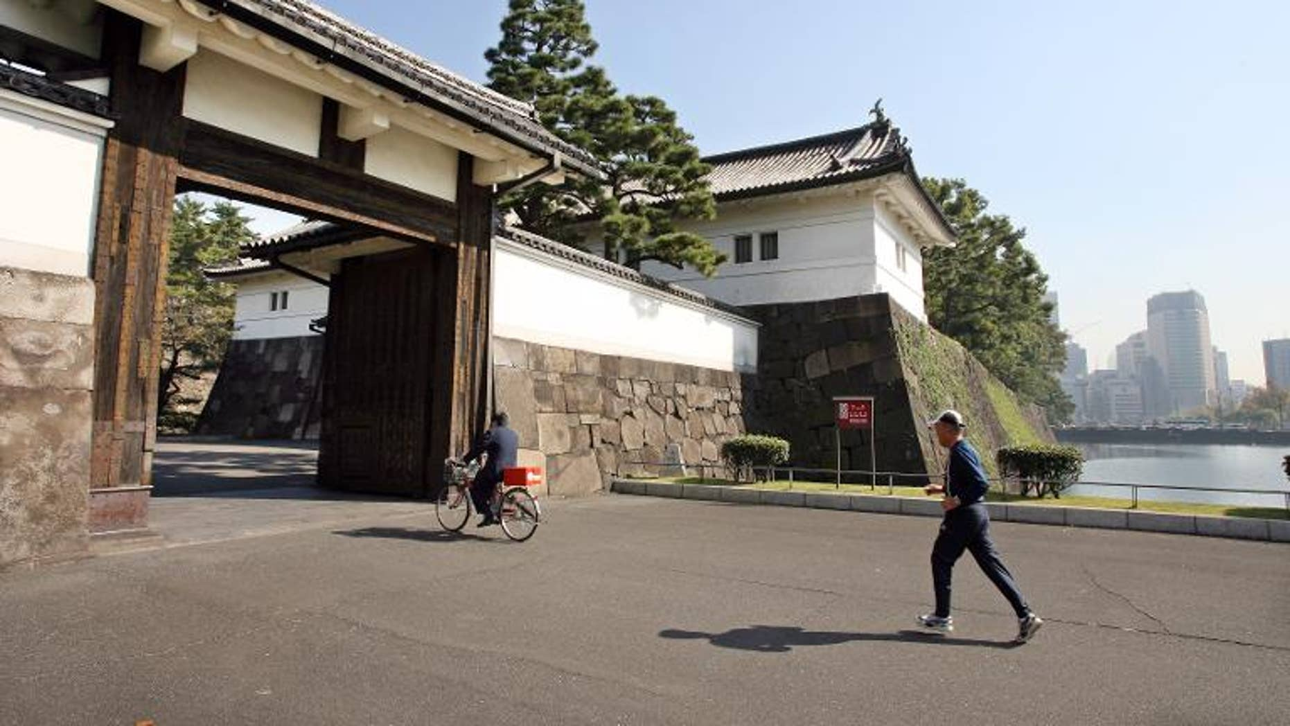 Japanese joggers are being warned to mind their manners when they run around the Imperial Palace in central Tokyo, after a spate of rudeness