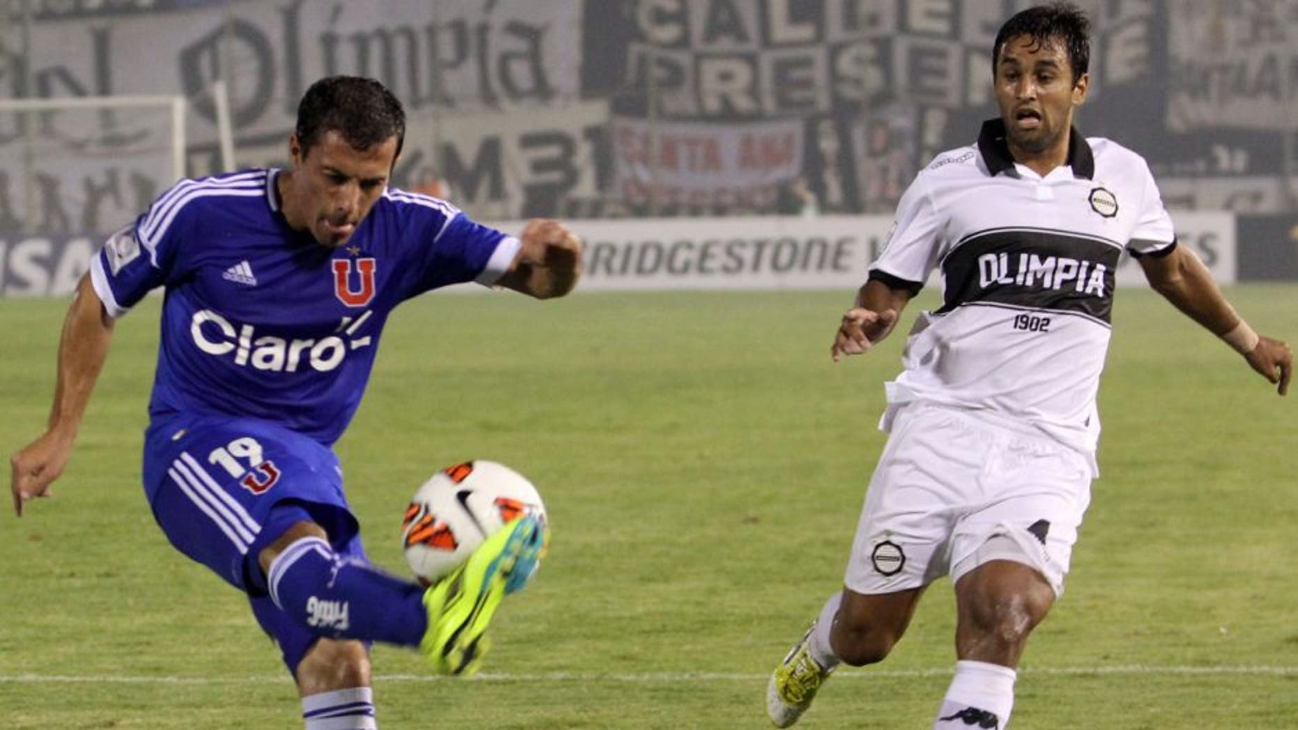 ASUNCION, PARAGUAY - FEBRUARY 19: Sebastian Ubilla of Universidad de Chile and Seabastian Ariosa of Olimpia fight for the ball during a match as part of the Copa Bridgestone Libertadores 2013 at Defensores del Chaco Stadium on February 19, 2013 in Asuncion, Paraguay. (Photo by Luis Vera/LatinContent/Getty Images)