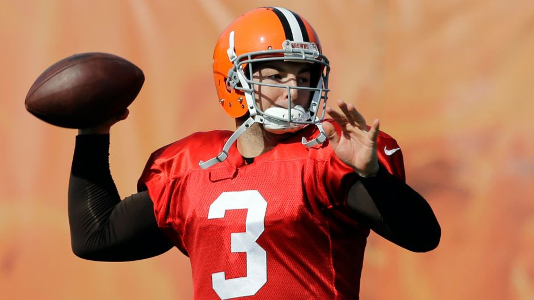 Cleveland Browns quarterback Rex Grossman passes during practice at NFL football training camp in Berea, Ohio Friday, Aug. 15, 2014. (AP Photo/Mark Duncan)