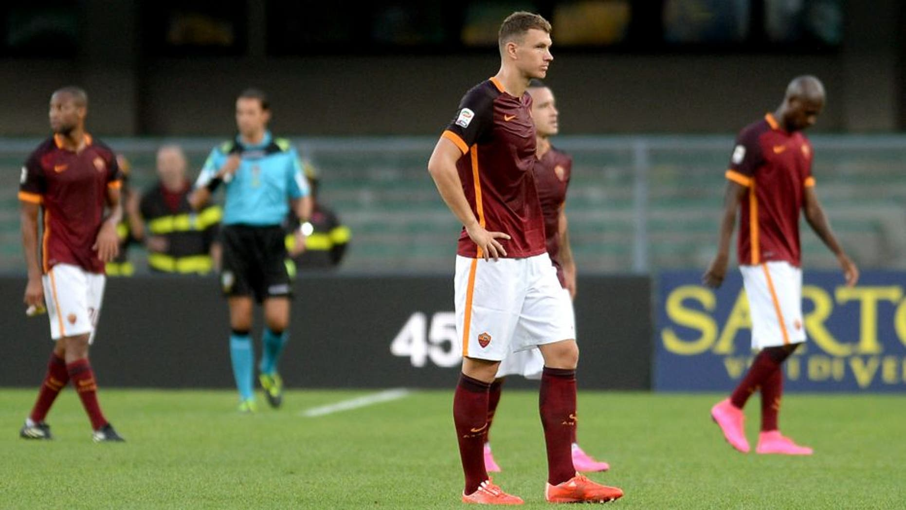 VERONA, ITALY - AUGUST 22: AS Roma players show their dejection after the Serie A match between Hellas Verona FC and AS Roma at Stadio Marc'Antonio Bentegodi on August 22, 2015 in Verona, Italy. (Photo by Dino Panato/Getty Images)