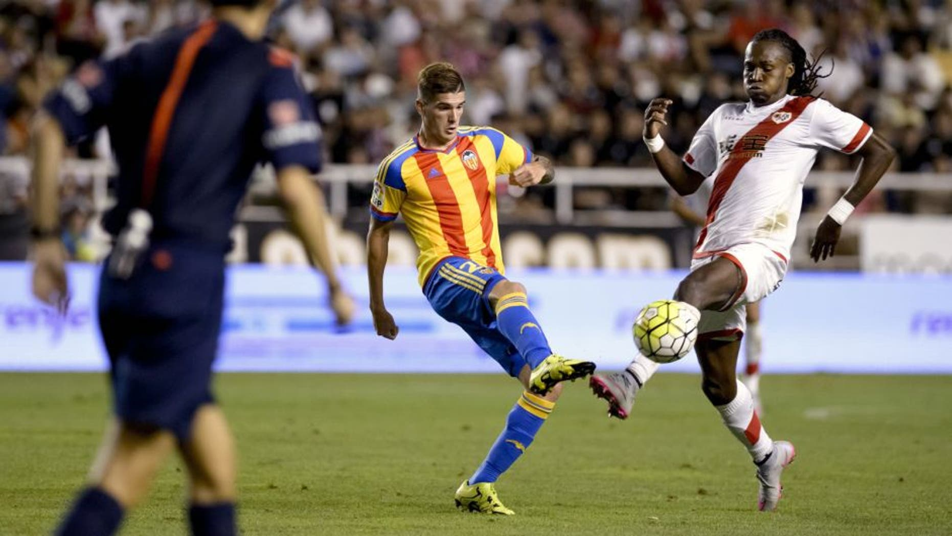 Valencia's Argentinian forward Rodrigo de Paul (L) vies with Rayo's Angolan forward Manucho during the Spanish league football match Rayo Vallecano de Madrid vs Valencia CF at Vallecas stadium in Madrid, on August 22, 2015. AFP PHOTO/ DANI POZO (Photo credit should read DANI POZO/AFP/Getty Images)