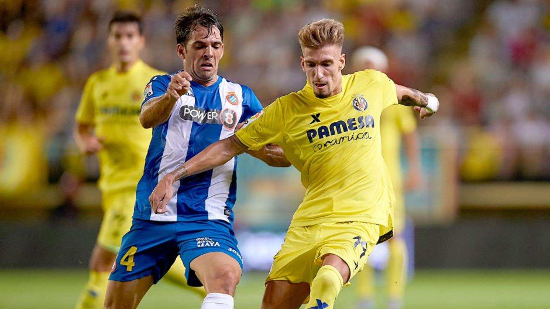VILLARREAL, SPAIN - AUGUST 28: Samuel Castillejo (R) of Villarreal battle for the ball with Victor Sanchez of Espanyol during the La Liga match between Villarreal CF and RCD Espanyol at El Madrigal Stadium on August 28, 2015 in Villarreal, Spain. (Photo by Manuel Queimadelos Alonso/Getty Images)