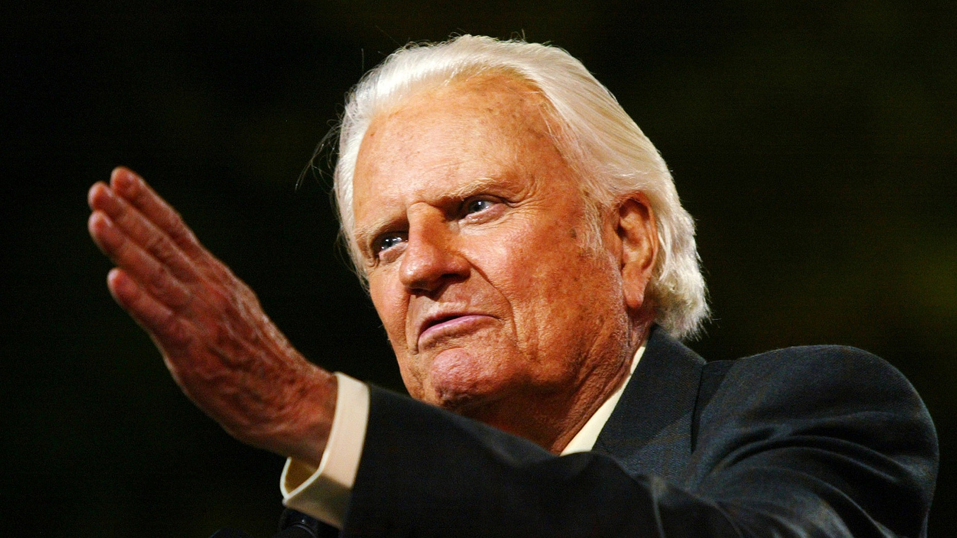 Evangelist Billy Graham speaks to thousands of people during his New York Crusade at Flushing Meadows Park in New York June 24, 2005. Graham, 86, has preached the Gospel to more people in a live audience format than anyone in history - more than 210 million people in more than 185 countries. His followers believe that the New York Crusade, which runs from June 24th to the 26th, will be his last live appearance.  REUTERS/Shannon Stapleton - RP6DRMTLKWAA