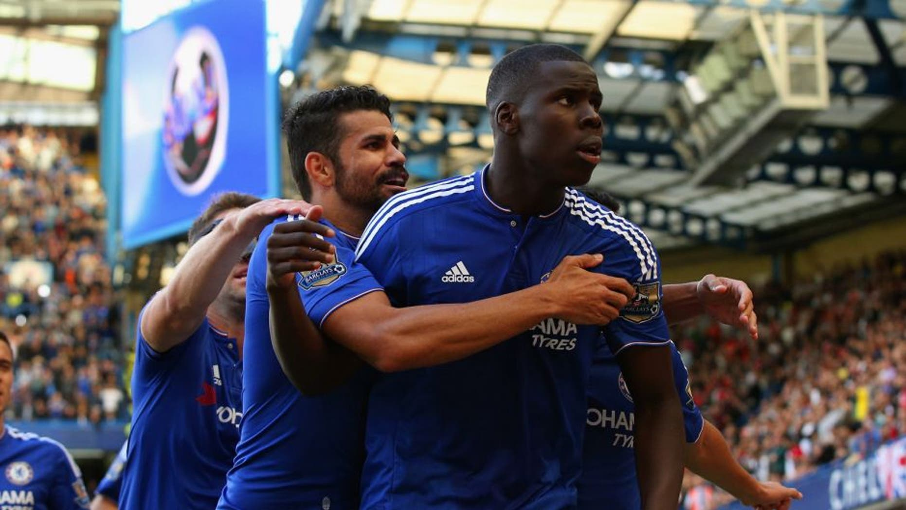 LONDON, ENGLAND - SEPTEMBER 19: Kurt Zouma (1st R) of Chelsea celebrates scoring his team's first goal with his team mates during the Barclays Premier League match between Chelsea and Arsenal at Stamford Bridge on September 19, 2015 in London, United Kingdom. (Photo by Ian Walton/Getty Images)