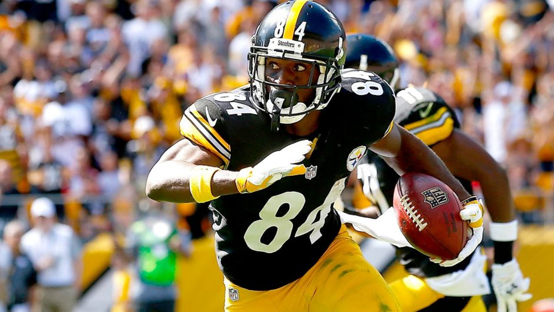 PITTSBURGH, PA - SEPTEMBER 20: Antonio Brown #84 of the Pittsburgh Steelers runs with the ball following a 59 yard pass in the first quarter against the San Francisco 49ers during the game at Heinz Field on September 20, 2015 in Pittsburgh, Pennsylvania. (Photo by Jared Wickerham/Getty Images)