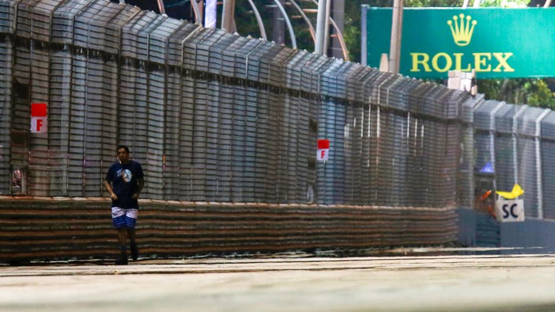 Marina Bay Circuit, Singapore. Sunday 20 September 2015. The safety car is deployed after a mad fan wanders on the track. World Copyright: Sam Bloxham/LAT Photographic. ref: Digital Image _SBL9939