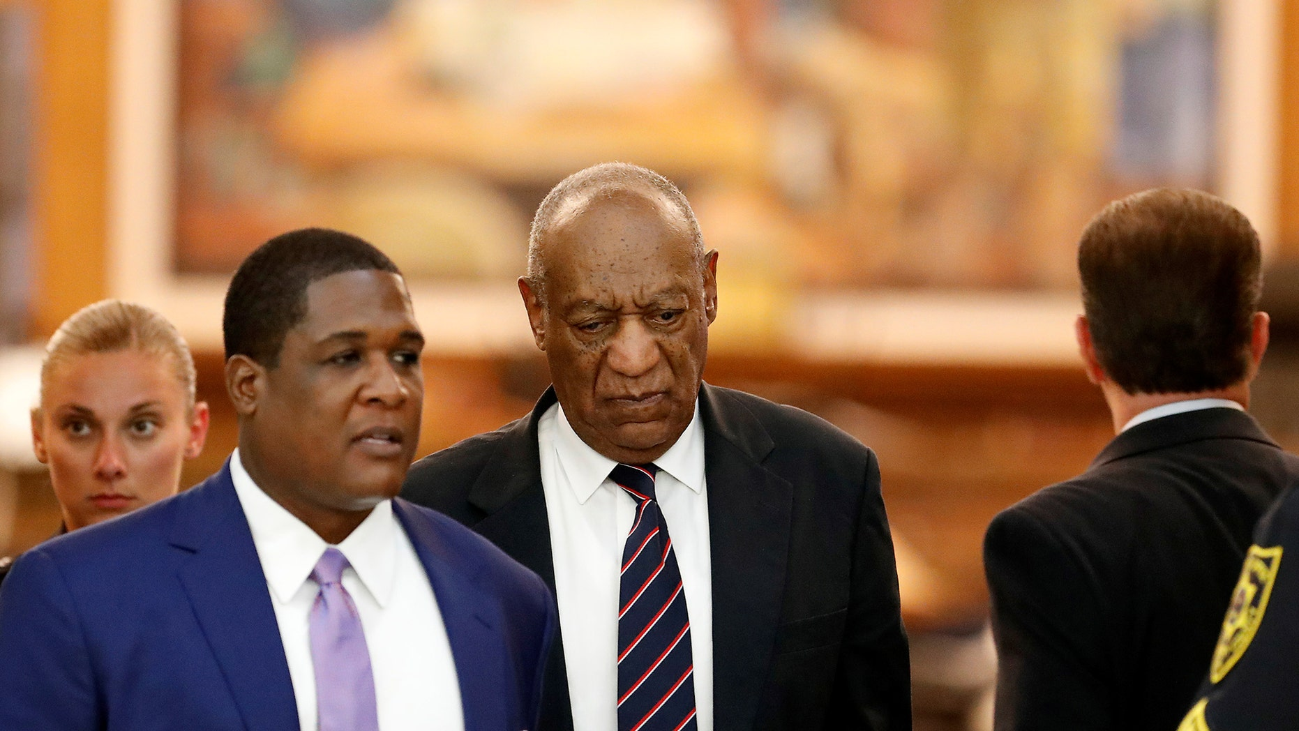 Bill Cosby (C) leaves the courtroom after the jury had a question during in his sexual assault trial at the Montgomery County Courthouse in Norristown, Pennsylvania, U.S. June 12, 2017.  REUTERS/David Maialetti/Pool - RTS16SIK