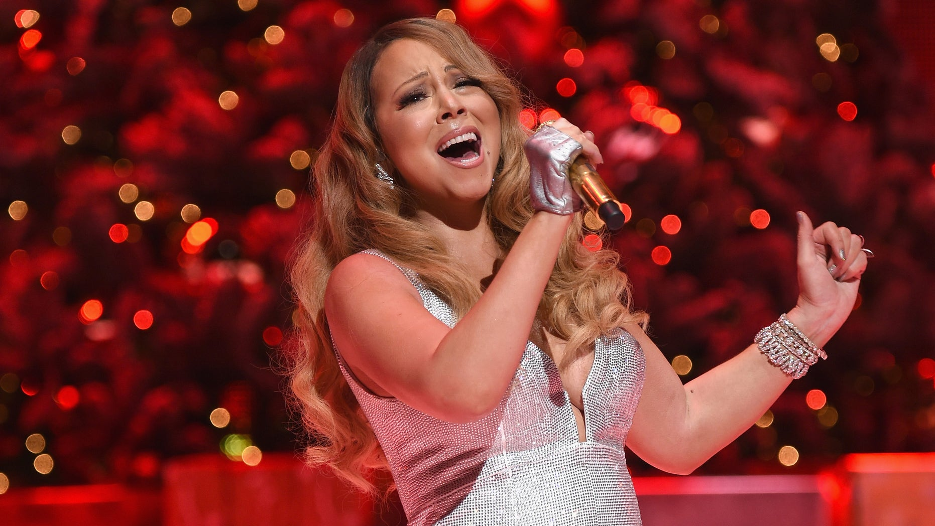 "Queen of Christmas, Mariah Carey performs her holiday smash hits at the Beacon Theater on December 1<div class=""e3lan e3lan-in-post1""><script async src=""//pagead2.googlesyndication.com/pagead/js/adsbygoogle.js""></script>