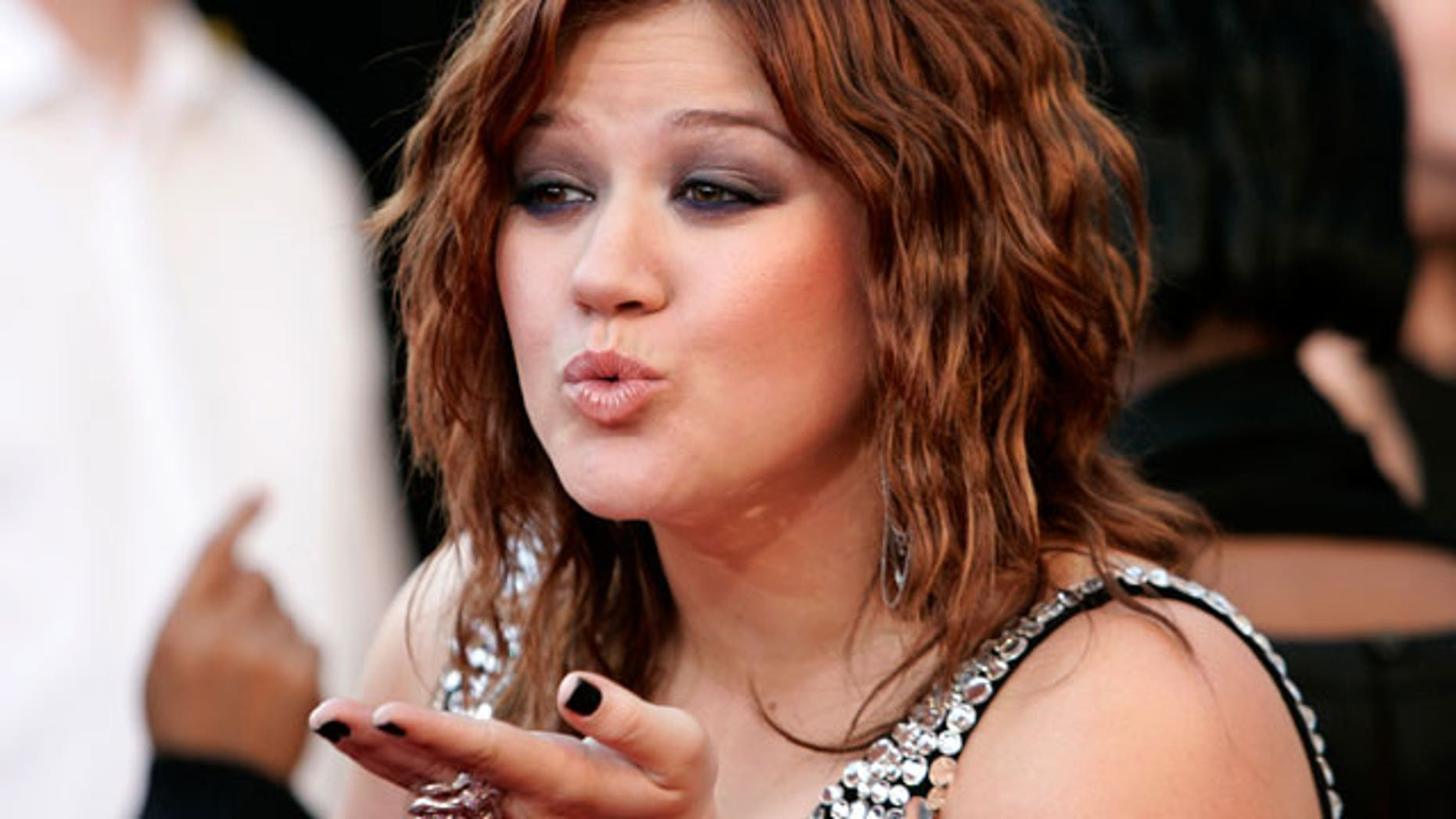 Kelly Clarkson Loses Some Fans With Ron Paul Endorsement