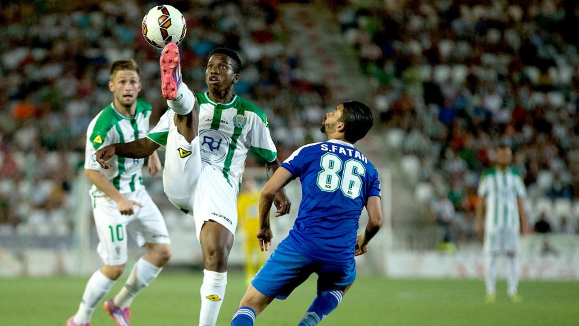CORDOBA, SPAIN - AUGUST 06: Patrick Ekeng (2ndR) competes for the ball with Fatah (L) of Raja de Casablanca ahead his teammate Federico Cartabia (L) during the pre season friendly match between Cordoba CF and Raja de Casablanca at El Arcangel stadium on August 6, 2014 in Cordoba, Spain. (Photo by Gonzalo Arroyo Moreno/Getty Images)