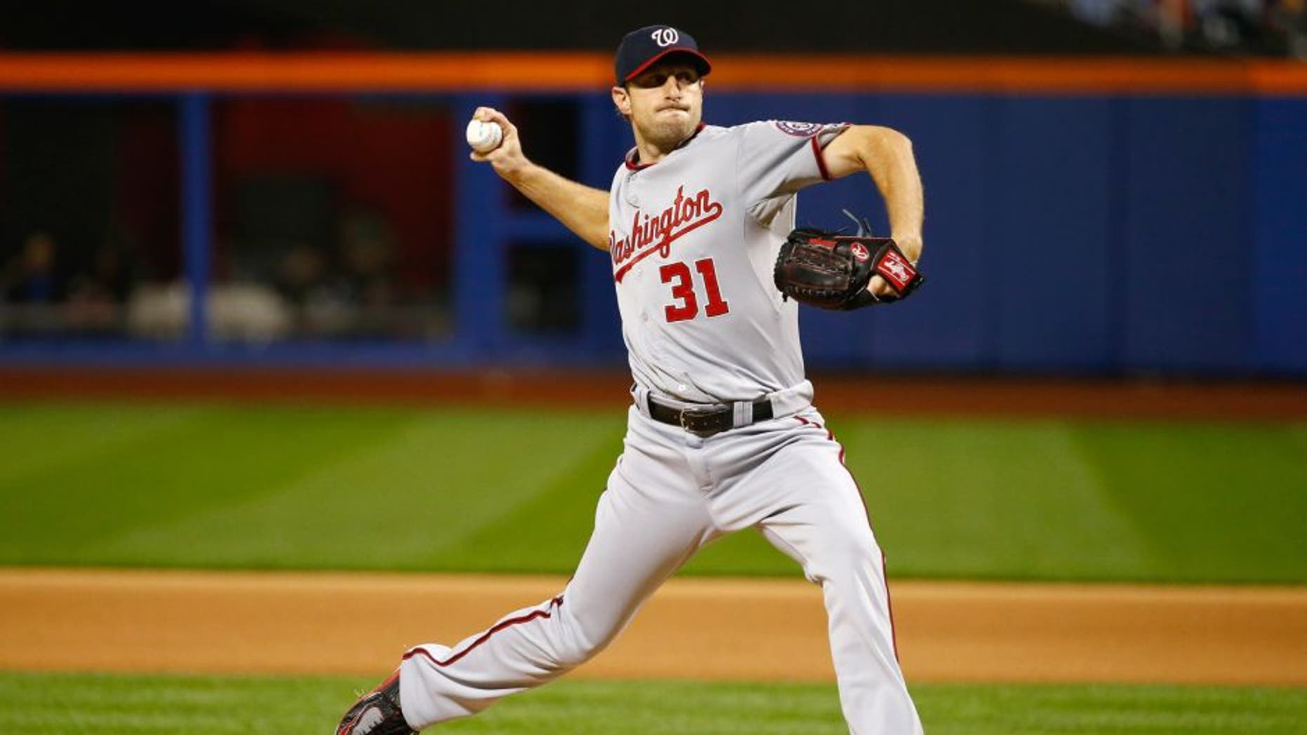 NEW YORK, NY - OCTOBER 03: Max Scherzer #31 of the Washington Nationals pitches against the New York Mets during their game at Citi Field on October 3, 2015 in New York City. (Photo by Al Bello/Getty Images)