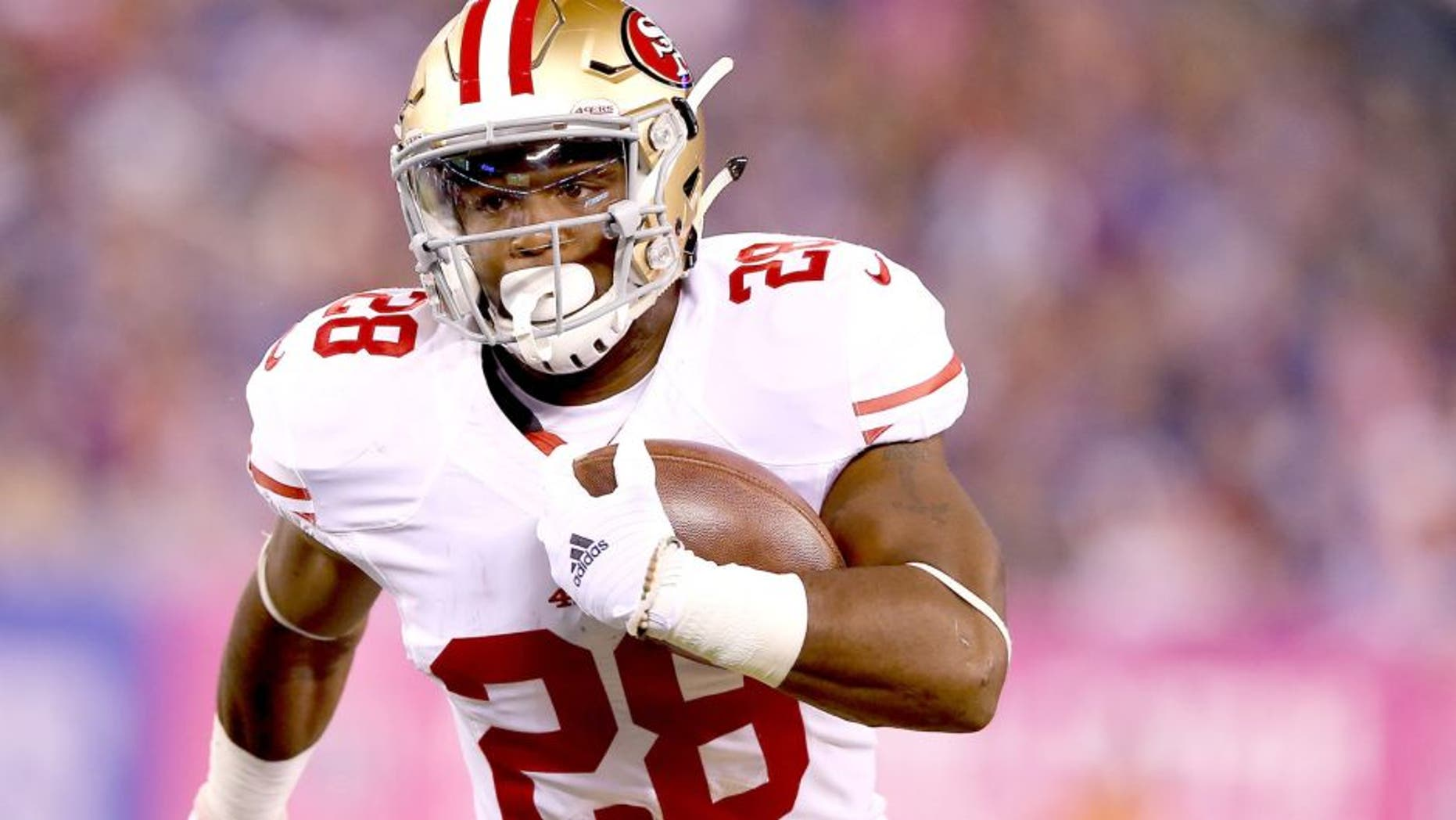 EAST RUTHERFORD, NJ - OCTOBER 11: Carlos Hyde #28 of the San Francisco 49ers carries the ball in the first quarter against the New York Giants during at MetLife Stadium on October 11, 2015 in East Rutherford, New Jersey. (Photo by Elsa/Getty Images)