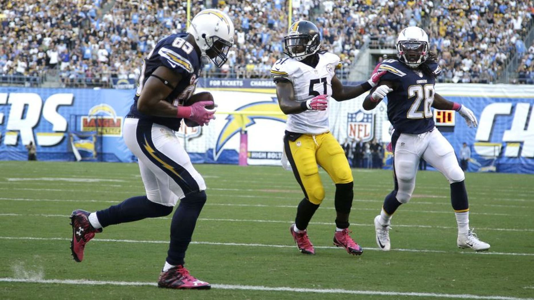 SAN DIEGO, CA - OCTOBER 12: Tight end Antonio Gates #85 of the San Diego Chargers catches a touchdown pass against the Pittsburgh Steelers at Qualcomm Stadium on October 12, 2015 in San Diego, California. (Photo by Jeff Gross/Getty Images)