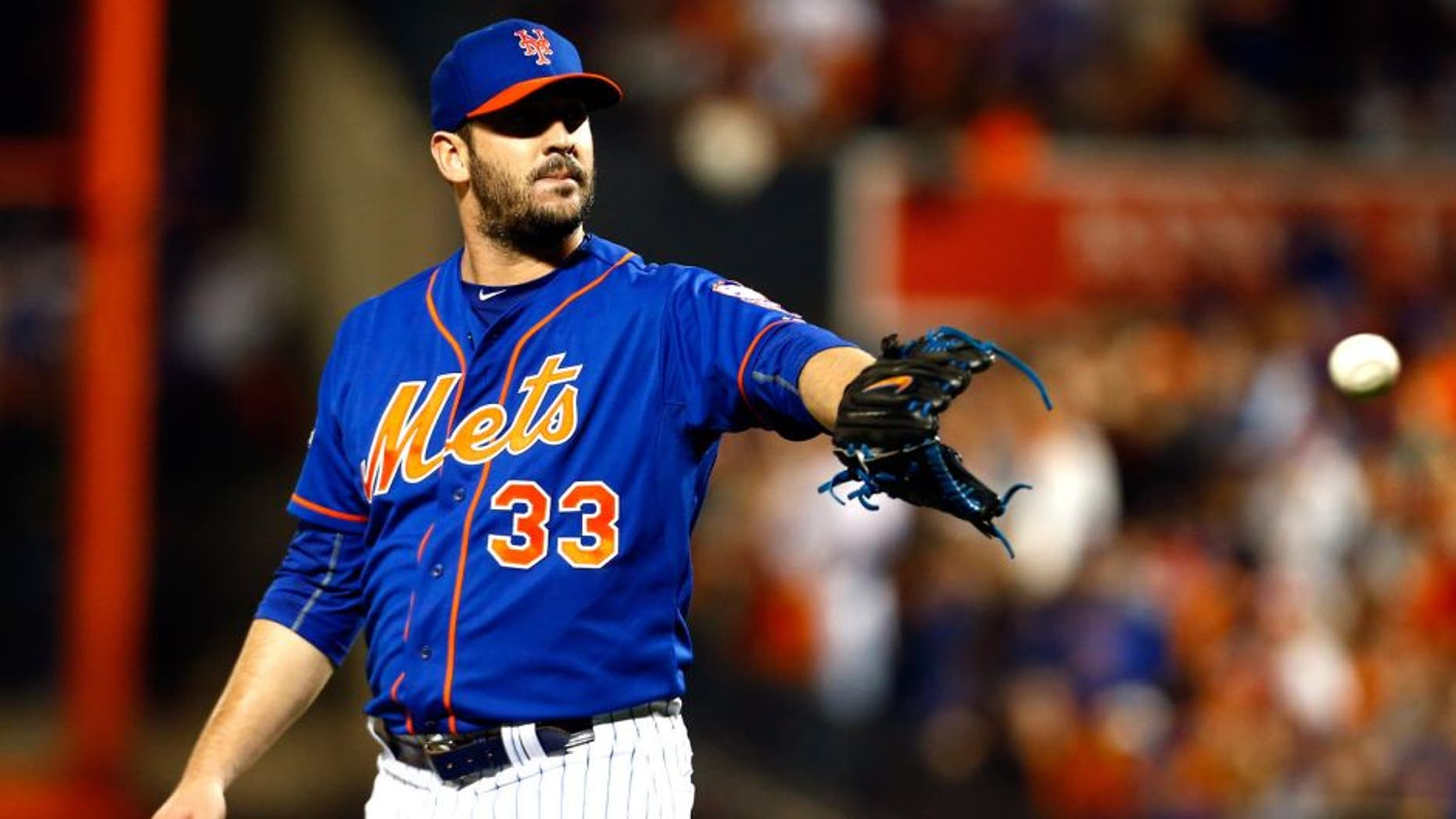 NEW YORK, NY - OCTOBER 12: Matt Harvey #33 of the New York Mets looks to pitch in the first inning against the Los Angeles Dodgers during game three of the National League Division Series at Citi Field on October 12, 2015 in New York City. (Photo by Mike Stobe/Getty Images)