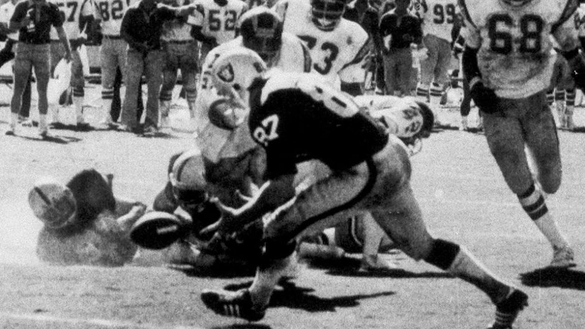 In the final play of the game between the Oakland Raiders and the San Diego Chargers, tight end Dave Casper (87) of the Raiders scoops up the ball, fumbled by Raider's quarterback Ken Stabler, on the five-yard line, in San Diego, Calif., Sept. 11, 1978. (AP Photo/San Diego Union/Thane McIntosh)