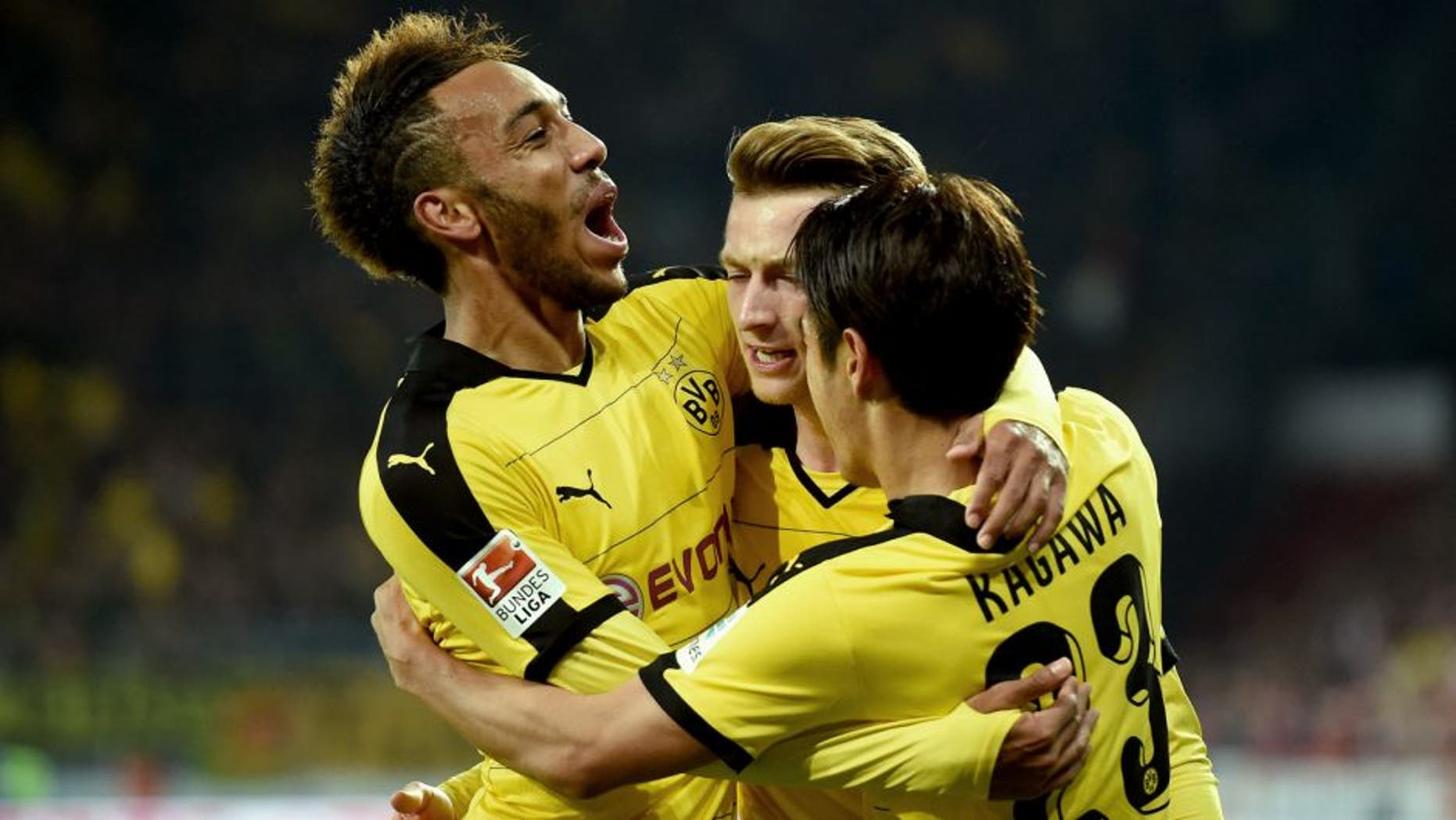 MAINZ, GERMANY - OCTOBER 16: Marco Reus of Dortmund celebrates with his team-mates after scoring his team's first goal during the Bundesliga match between 1. FSV Mainz 05 and Borussia Dortmund at Coface Arena on October 16, 2015 in Mainz, Germany. (Photo by Matthias Hangst/Bongarts/Getty Images)