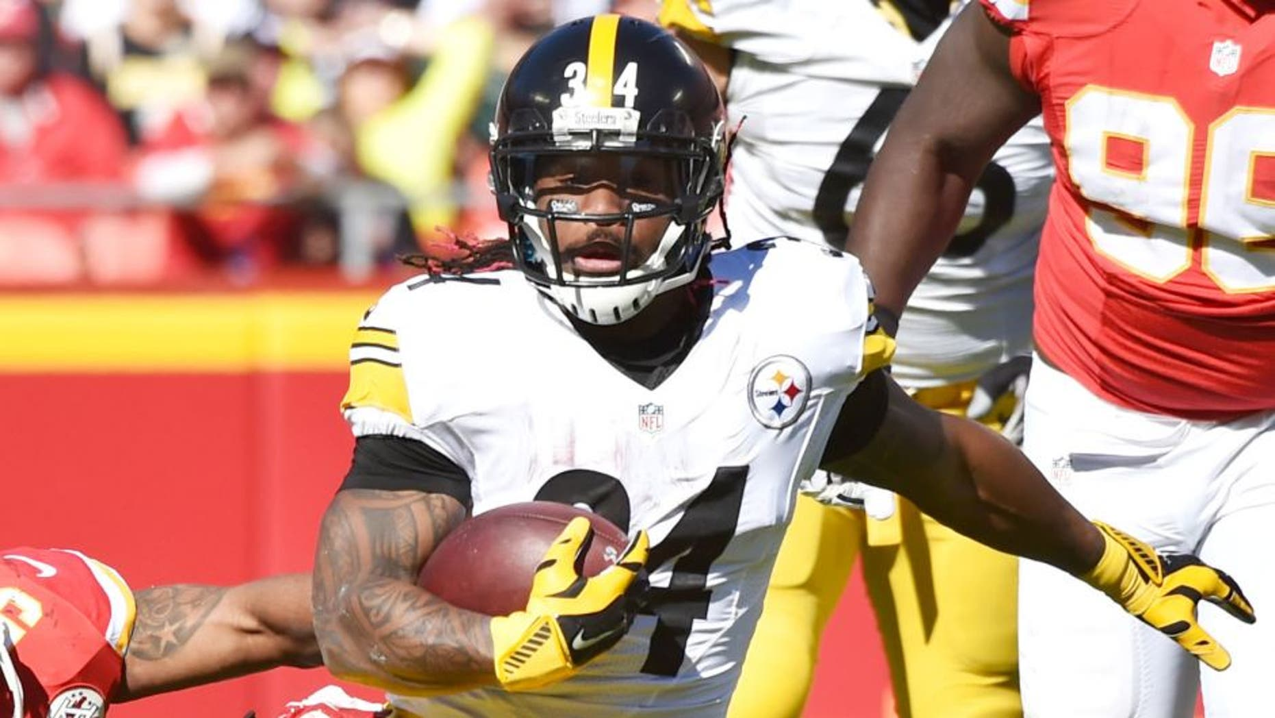KANSAS CITY, MO - OCTOBER 25: DeAngelo Williams #34 of the Pittsburgh Steelers avoids the tackle of Derrick Johnson #56 of the Kansas City Chiefs at Arrowhead Stadium during the third quarter of the game on October 25, 2015 in Kansas City, Missouri. (Photo by Peter Aiken/Getty Images)
