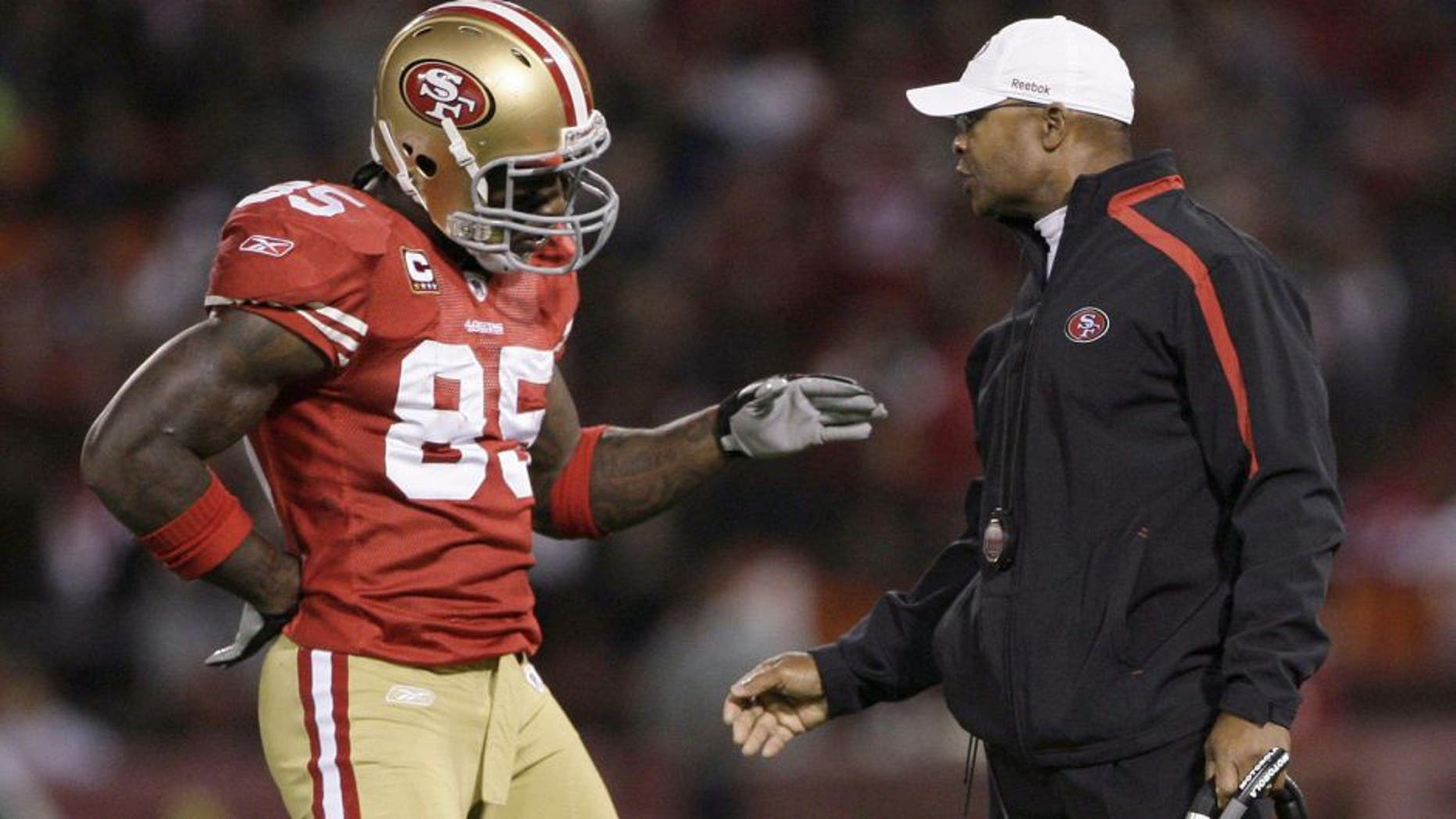 San Francisco 49ers head coach Mike Singletary talks with player Vernon Davis during an injury timeout in the first quarter against the Chicago Bears at Candlestick Park in San Francisco, California, Thursday, November 12, 2009. The 49ers defeated the Bears, 10-6. (Jose M. Osorio/Chicago Tribune/MCT)