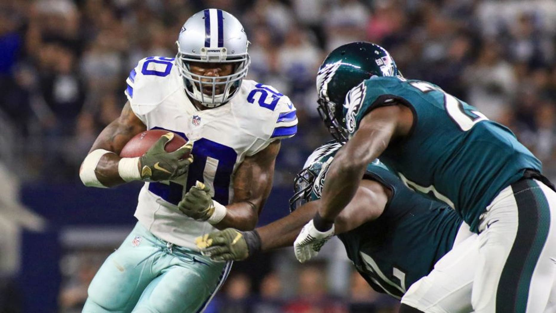 Nov 8, 2015; Arlington, TX, USA; Dallas Cowboys running back Darren McFadden (20) carries the ball against the Philadelphia Eagles during the second half of a game at AT&T Stadium. Mandatory Credit: Ray Carlin-USA TODAY Sports