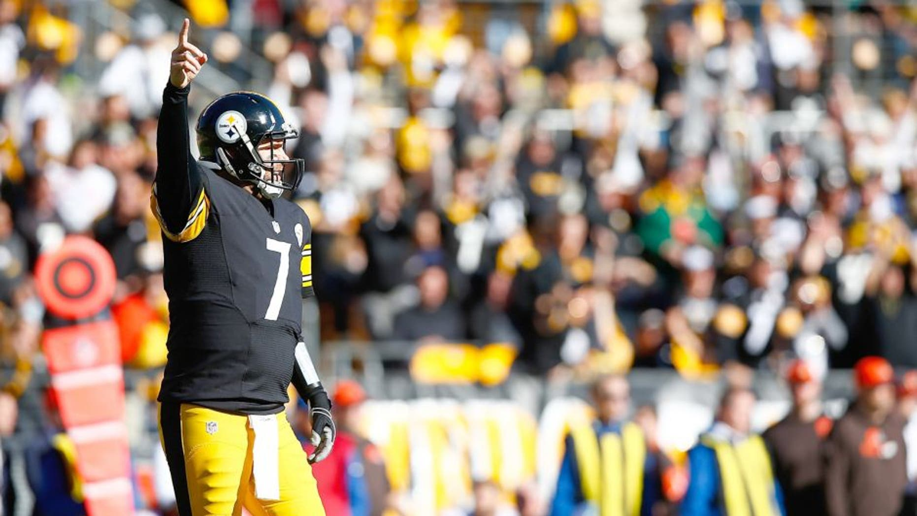 PITTSBURGH, PA - NOVEMBER 15: Ben Roethlisberger #7 of the Pittsburgh Steelers reacts to a pass completion to Martavis Bryant# 10 during the 1st quarter of the game against the Cleveland Browns at Heinz Field on November 15, 2015 in Pittsburgh, Pennsylvania. (Photo by Jared Wickerham/Getty Images)