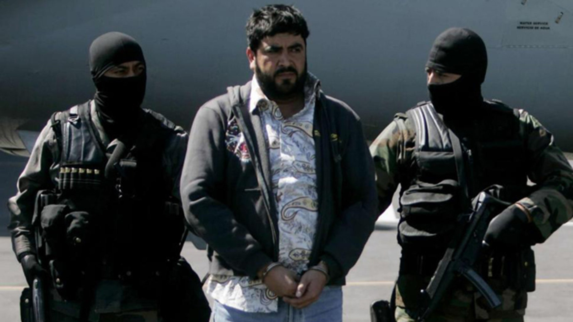 Alfredo Beltran Leyva is escorted through Mexico City Airport in 2008. (Photo: EDUARDO VERDUGO/ASSOCIATED PRESS)